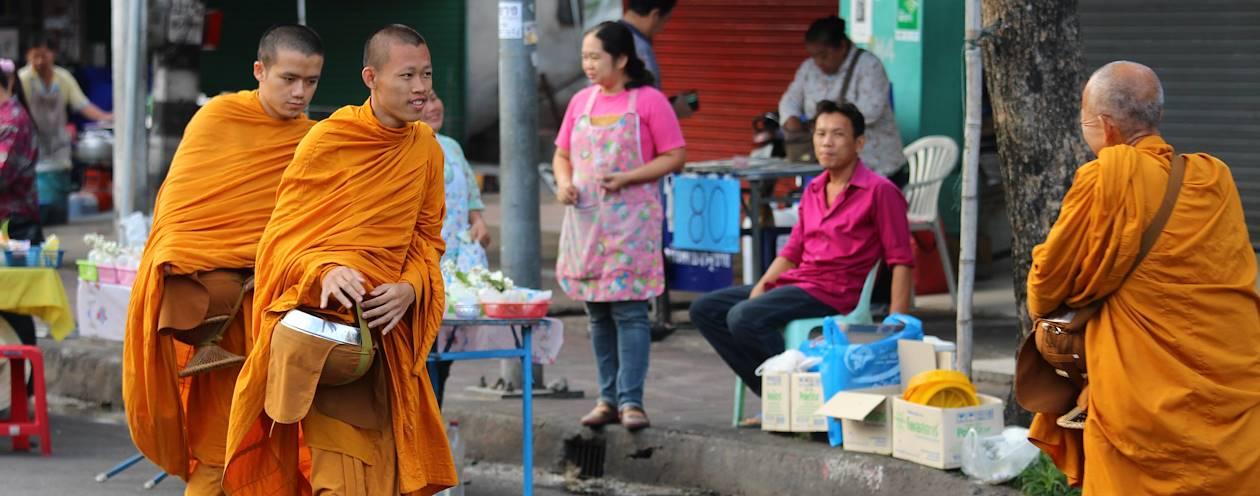 Cérémonie du Tak Bat au marché de Tom Payon - Chiang Mai - Thaïlande