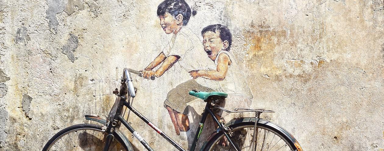 Peinture murale et trompe-l'oeil d'enfants sur un bicyclette - Thaïlande