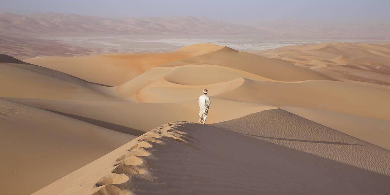 Homme dans le désert de Liwa - Emirats Arabes Unis