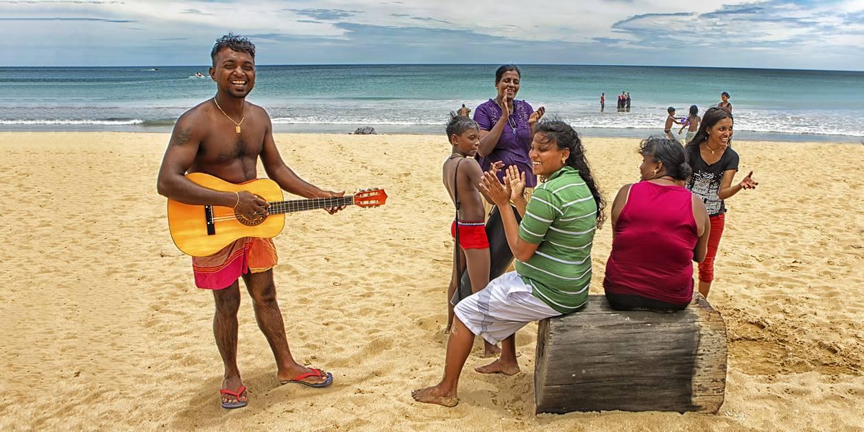 Interlude musicale sur la plage de Nilaveli - Trinquemalay - Sri Lanka