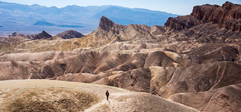 Homme seul marchant dans la Death Valley - Californie - Etats-Unis