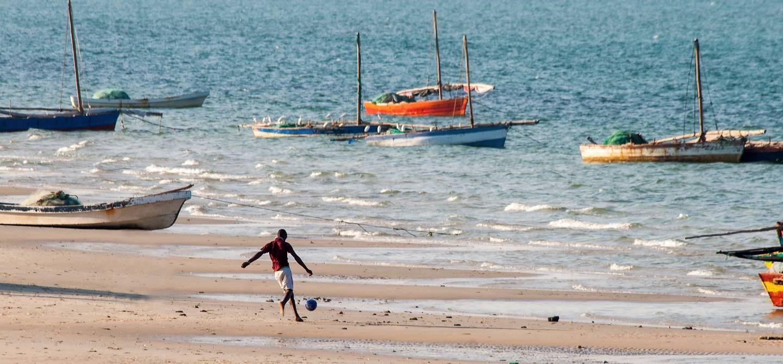 Homme jouant au football sur la plage - Vilanculos - Mozambique