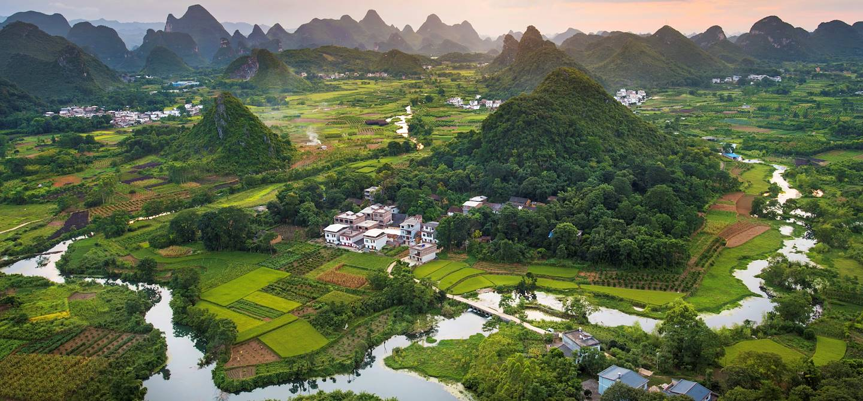 Vue panoramique sur des sommets karstiques - Yangshuo - Province de Guangxi - Chine