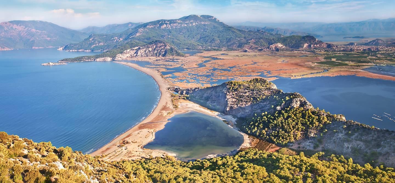 Plage d'Iztuzu avec le delta de Dalyan et le lac Sueluenguer Goelue - Turquie