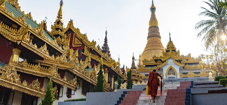 Moine se dirigeant vers la pagode de Shwedagon - Rangoon - Birmanie