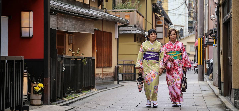 Japonaises en tenues traditionnelles dans les rues du quartier de Gion - Kyoto - Japon