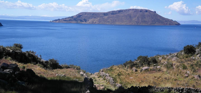 L'Île Amantani depuis la Péninsule de Capachica sur le Lac Titicaca - Pérou