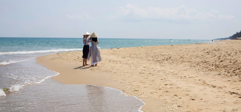 Jeunes filles sur une plage de Hoi An - Hoi An - Vietnam