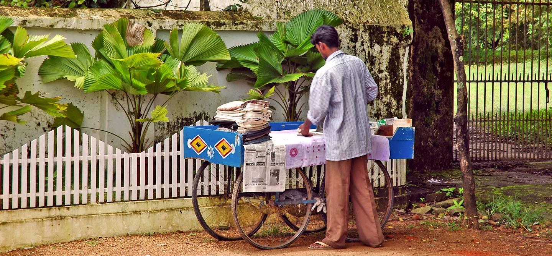 Vendeur ambulant dans les rues de Cochin - Etat de Kerala - Inde