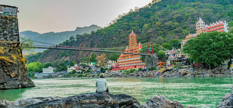 Vue sur le pont Lakshman Jhula et le temple Trayambakeshwar - Rishikesh - Inde