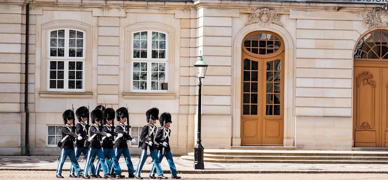 Gardes devant le Palais Royal d'Amalienborg - Copenhague - Danemark
