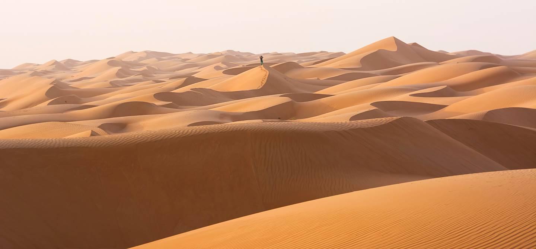 Homme seul dans le désert de Wahiba - Oman