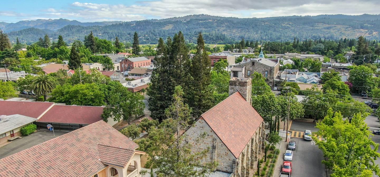 Vue aérienne sur la ville et l'église - Helena - Californie - Etats-Unis