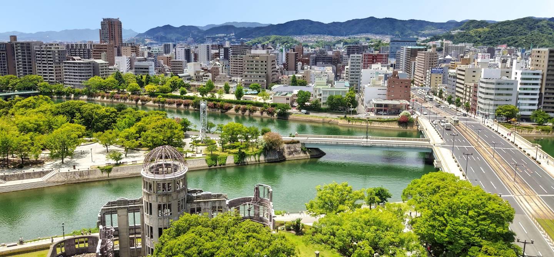 Panorama d'Hiroshima, avec en premier plan des vestiges de la bombe atomique - Japon