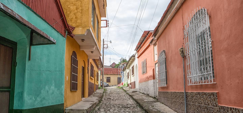Dans les rues de Flores - Département du Peten - Guatemala