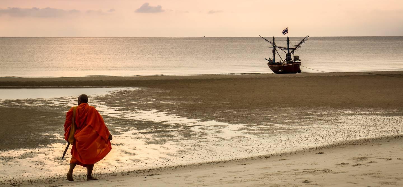 Moine sur la plage de Hua Hin - Thaïlande