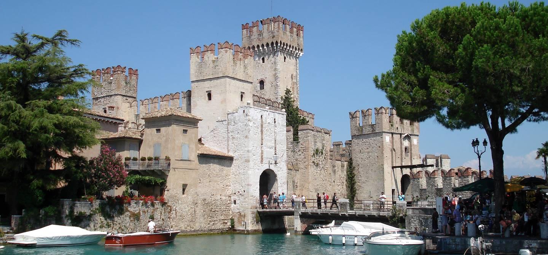 Forteresse de Sirmione sur le Lac de Garde - Italie