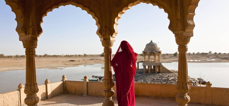 Femme indienne au bord du lac Gadisar - Jaisalmer - Rajasthan - Inde
