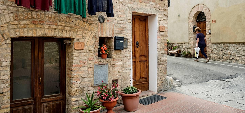 Scène de rue dans le village médiéval San Gimignano - Toscane - Italie
