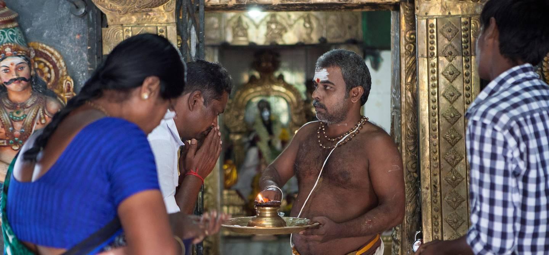 Prière dans le temple Sri Meenakshi - Madurai  - Tamil Nadu - Inde