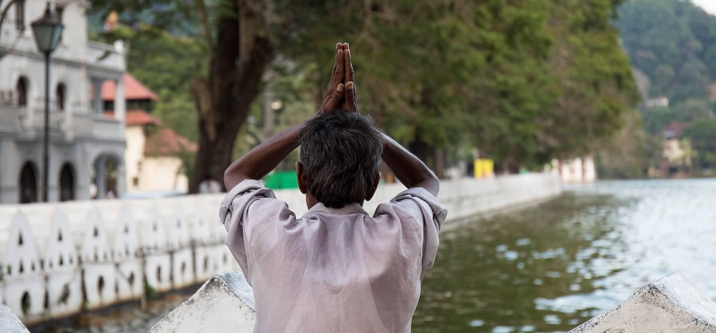 Homme priant devant le lac artificiel de Kandy - Kandy - Centre - Sri Lanka