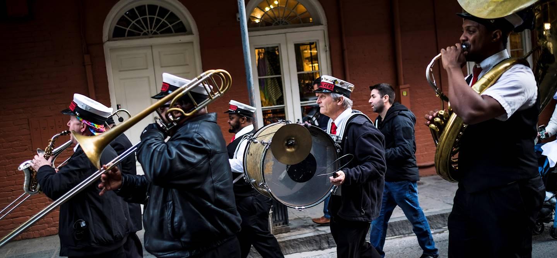 Une fanfare anime les rues du Quartier Français - Nouvelle Orléans - Louisiane - Etats Unis