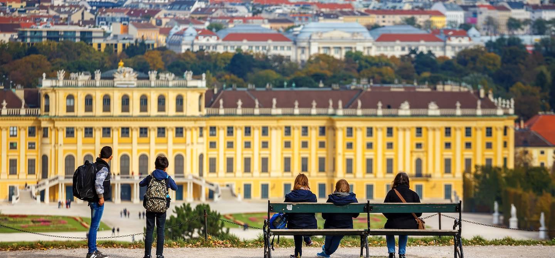 Famille devant le palais de Schonbrunn - Vienne - Autriche