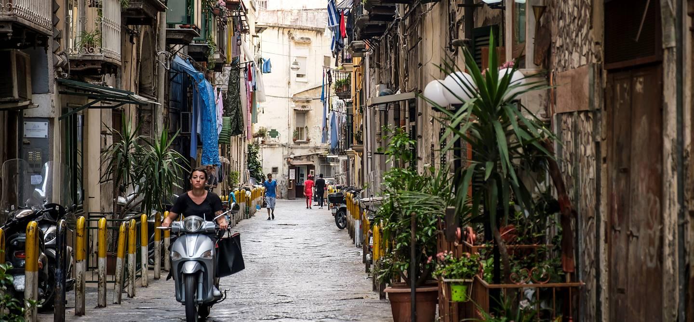Vespa dans les ruelles de Naples - Italie