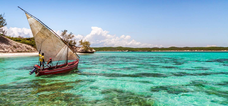 Bateau de pêche sur la mer d'Emeraude - Madagascar