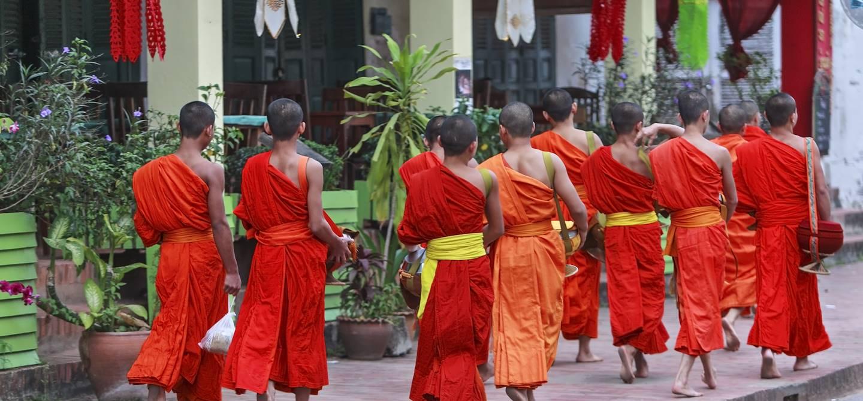 Moines dans les rues de Luang Prabang - Laos