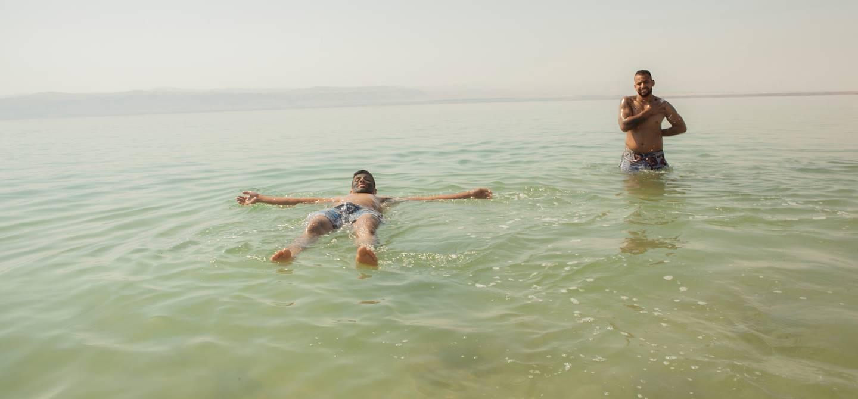 Baignade dans la Mer Morte - Mer Morte - Jordanie