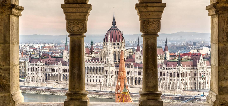 Le Parlement hongrois vu depuis le bastion des pêcheurs - Budapest - Hongrie
