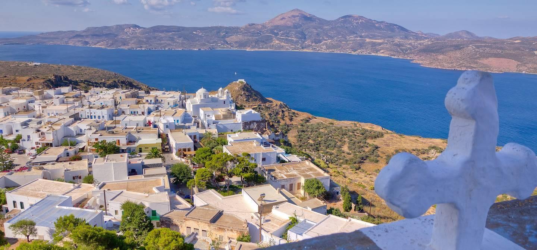 Plaka vue de l'église Panagia Thalassitra - Milos - Cyclades