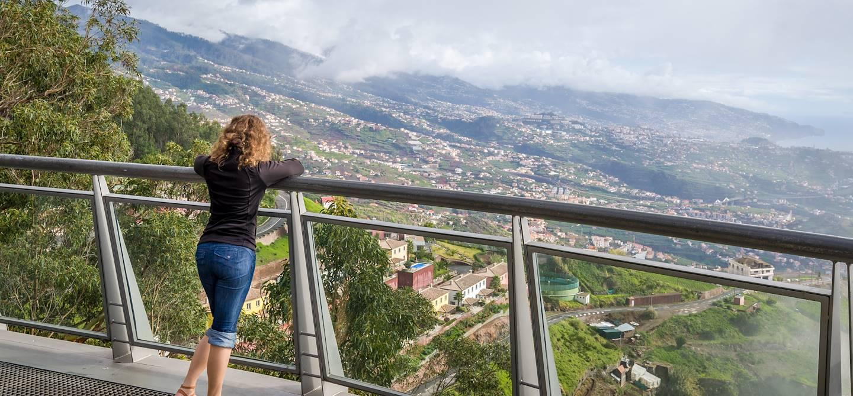 Femme au point de vue de Cabo Girao - Madère - Portugal