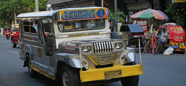 Jeepney dans les rues de Manille - Région Capitale Nationale - Luçon - Philippines