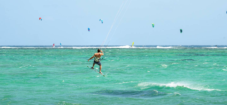 Joies du kitesurf en eau claire - Île Maurice