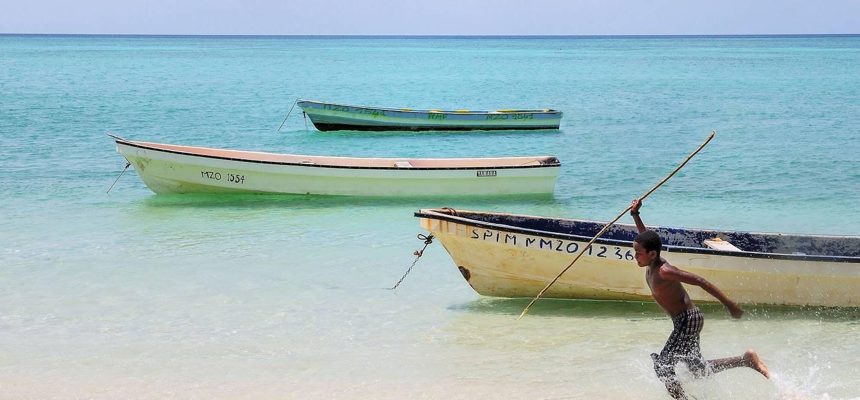 Garçon courant sur la plage - Mayotte