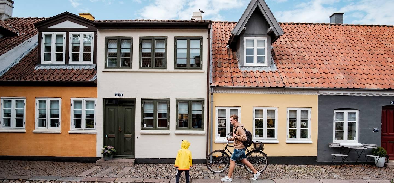 Scène de vie dans une rue pavée d'Odense - Danemark