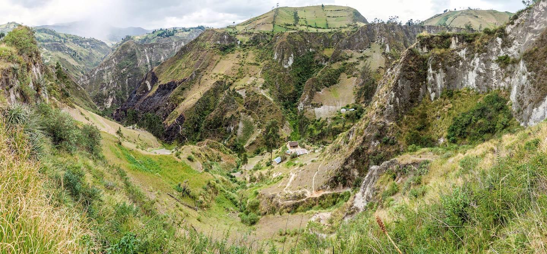 Randonnée dans le canyon de la rivière de Toachi près du cratère du Quilotoa - Equateur
