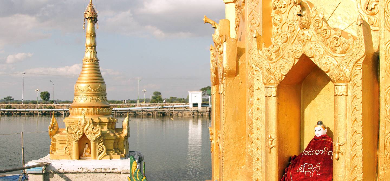 La pagode Antaka Yele sur le lac de Meiktila - Mandalay - Birmanie