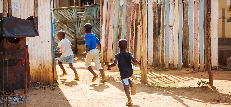 Enfants courant dans les rues d'Entebbe - Ouganda