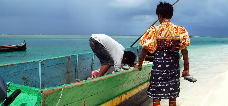 Pêcheurs sur la plage - Archipel de San Blas - Panama