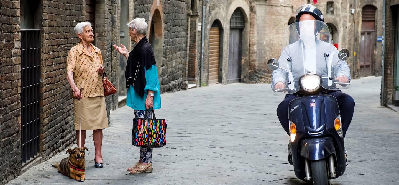 Scène de rue dans Sienne - Toscane - Italie