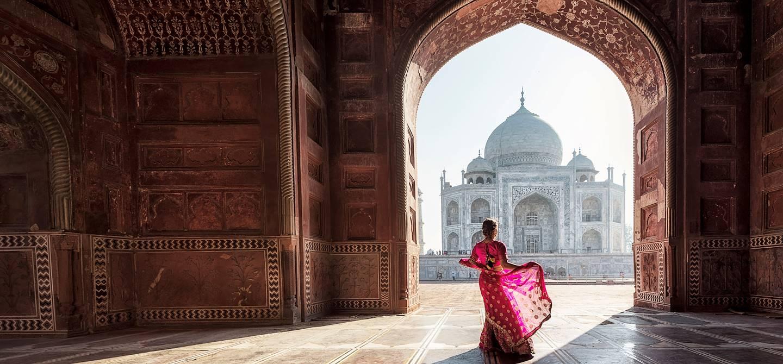 Femme en sari devant le Taj Mahal - Agra - Inde