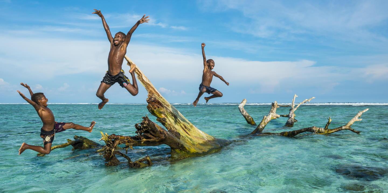 Enfants jouant dans la mer - Ile des Duke of York - Papouasie-Nouvelle-Guinée