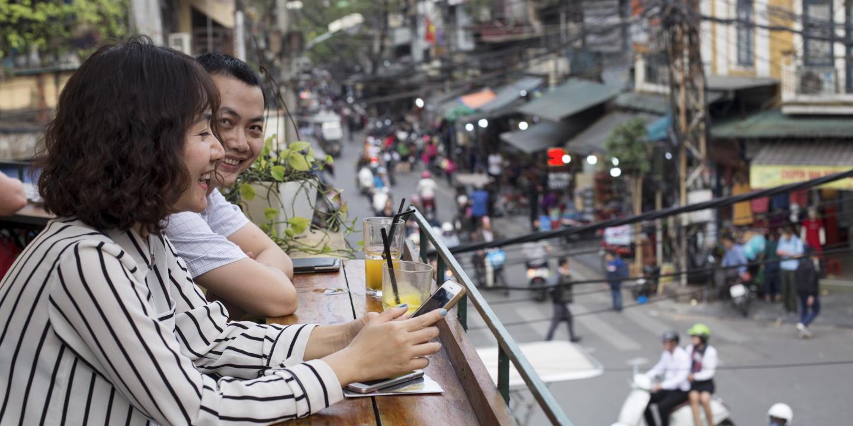 Couple en terrasse d'un bar branché - Hanoï - Vietnam