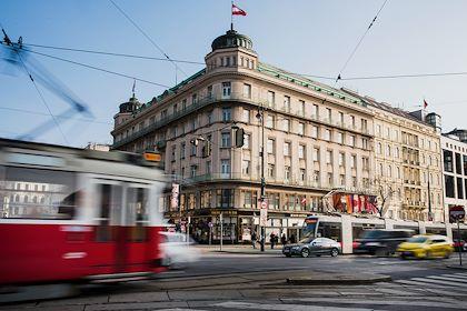 Scène de rue sur le carrefour Kärntner Strasse/Opernring - Vienne - Autriche - Milan SZYPURA/HAYTHAM-REA
