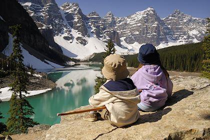Enfants devant le lac Moraine - Parc national de Banff - Canada - All Canada photo / hemis.fr