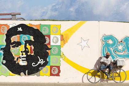 Piéton devant une fresque représentant Che Guevara - La Havane - Cuba - Patrick Escudero / hemis.fr