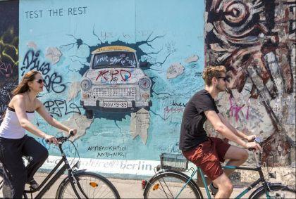 Cyclistes devant le mur de Berlin dans le quartier de Friedrichshain - Berlin - Allemagne - Bertrand Gardel/hemis.fr